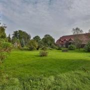 Inmitten von Feldern und Wiesen liegt das Landhaus Elbeflair